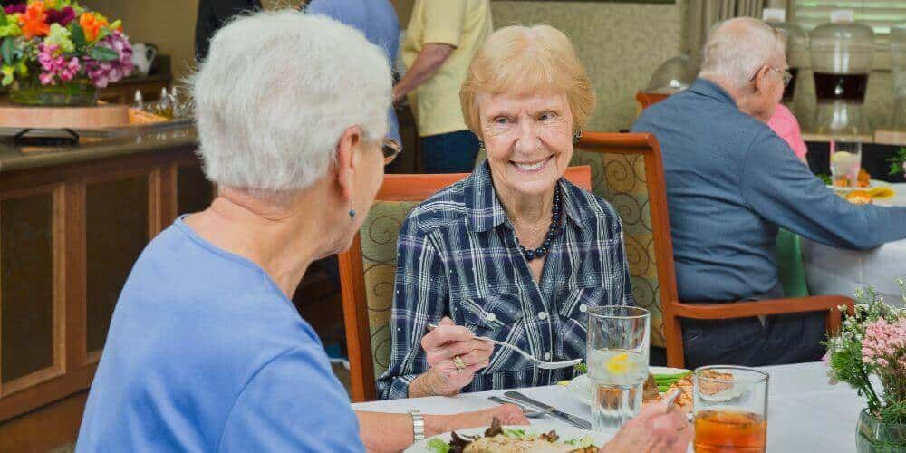 residents enjoying dnner at maryville dining room